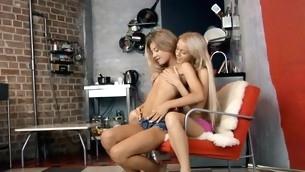 tenåring babe blonde lesbisk fingring