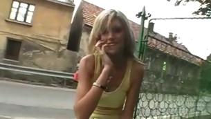 tenåring babe blonde utendørs amatør offentlig fingring små pupper