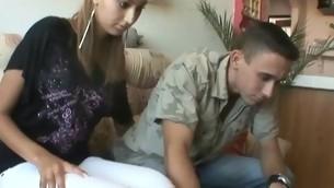tenåring babe blowjob brunette naturlige pupper hardcore amatør piercing russisk kjæresten