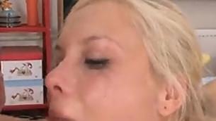 tenåring blowjob blonde små pupper sædsprut puling nydelig sucking