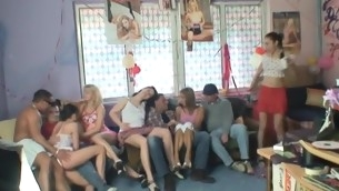 tenåring blowjob doggystyle gruppe onani hardcore fitte slikking amatør fest drukket