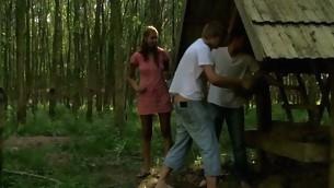 tenåring babe blowjob trekant brunette naturlige pupper hardcore utendørs amatør kjønn