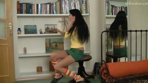 tenåring babe brunette amatør første gang små pupper sokker jomfru defloration hymen