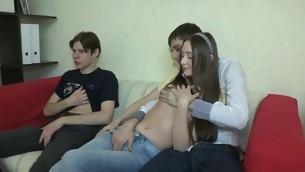 tenåring kyssing brunette hardcore amatør russisk små pupper sofa kjæresten hanrei