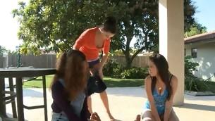tenåring blowjob gruppe handjob hardcore utendørs sucking