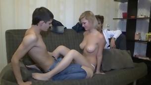 tonåring avsugning blondin naturliga tuttar särskilt allvarliga amatör piercing ryska flickvän hanrej