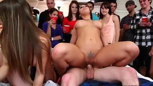 tenåring blowjob pornostjerne trekant brunette gruppe handjob naturlige pupper hardcore ass