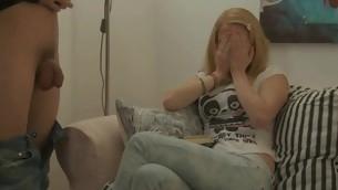 tenåring babe blowjob virkelighet handjob blonde små pupper sofa sucking